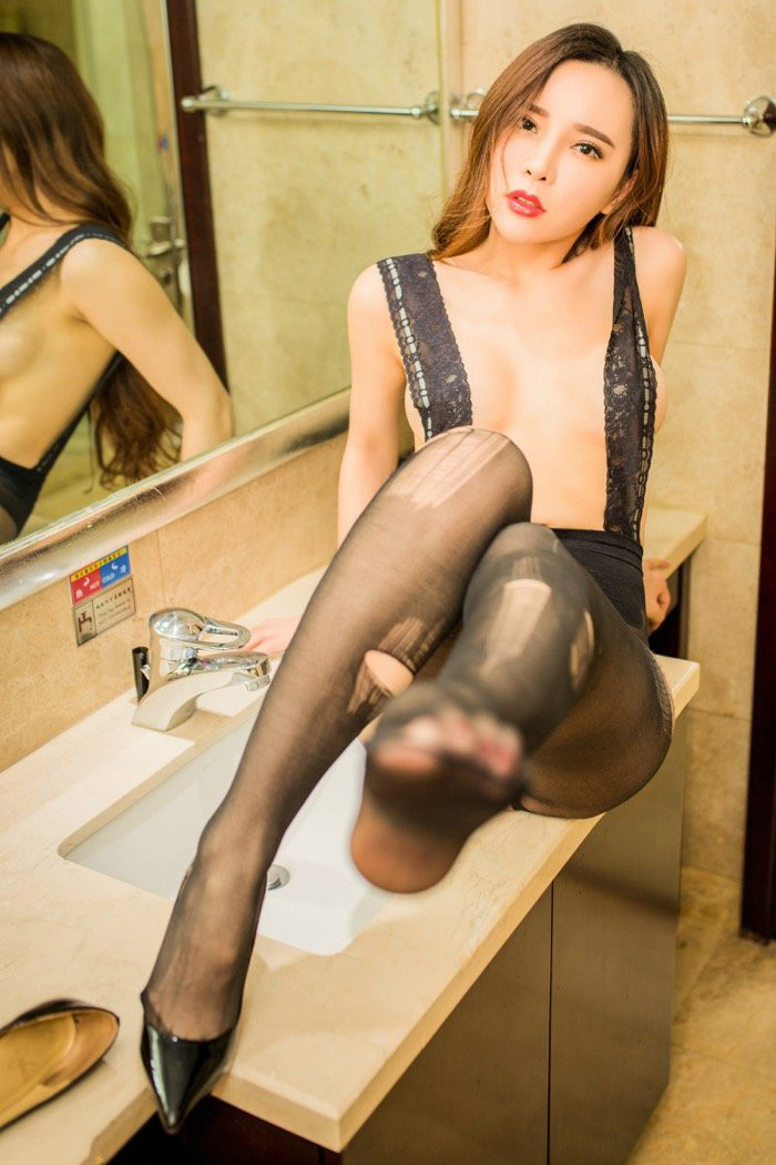 性感内衣气质少妇艾小青豹纹内衣性感写真 乳球半露肉感十足