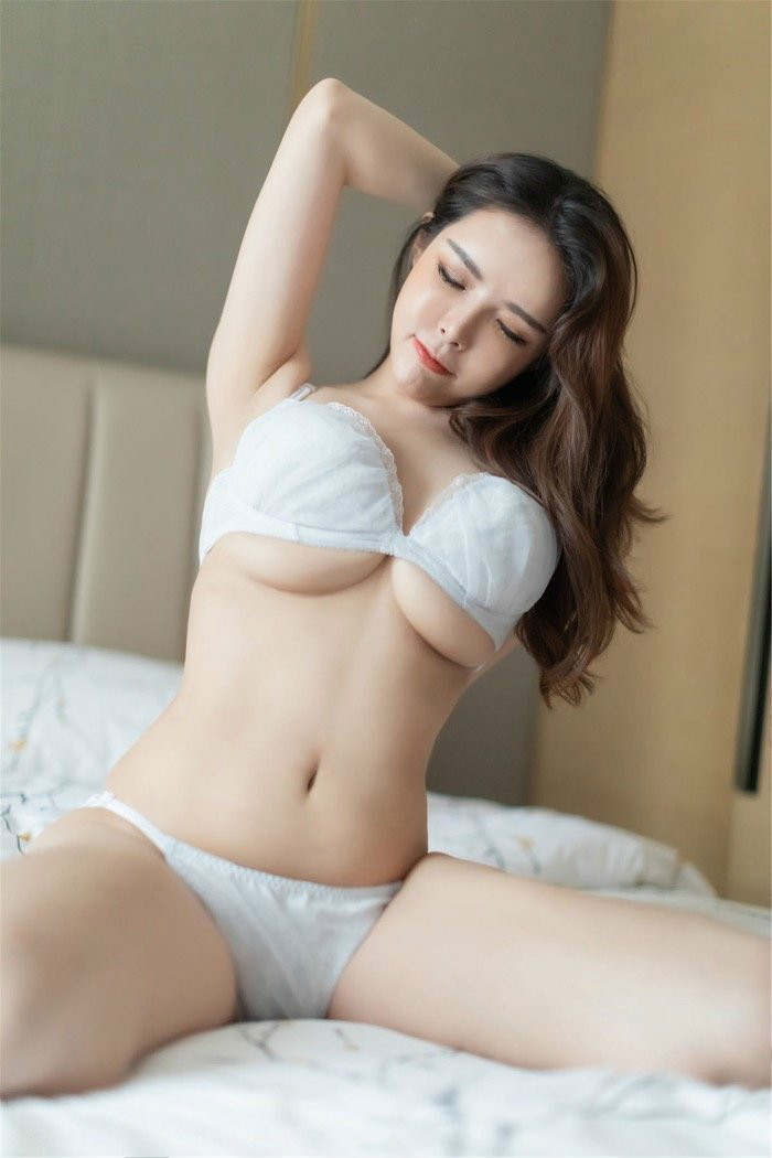 IMISS(爱蜜社)美女模特夏小秋美腿丝袜翘臀诱惑 双手托奶胸器逼人