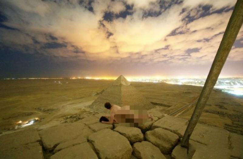 丹麦摄影师埃及金字塔顶上打野战 性爱解锁曝光引争议