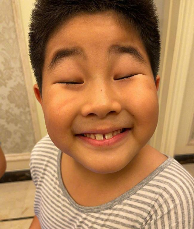沙溢晒小鱼儿给颁发的三好学生奖状,小鱼儿怼脸照笑喷网友