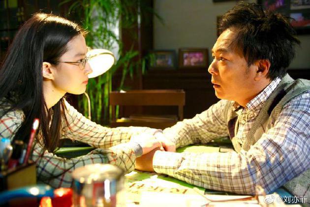 刘亦菲晒照悼念谢园 曾合作《恋爱通告》饰演父女